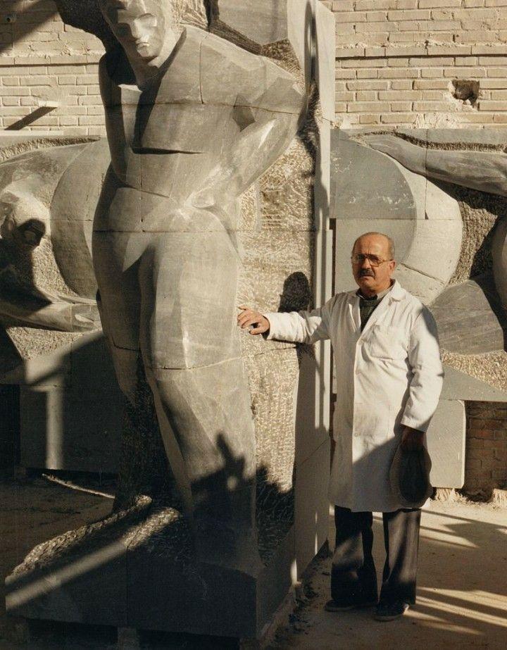 Francisco Pinto Berraquero junto a uno de sus monumentos.